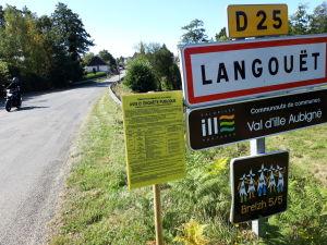 Vägskyltar vid byn Langouet i Bretagne.