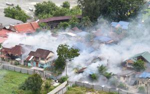 Ett moln av insektgifter ligger över ett bostadsområde.