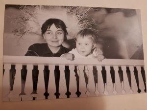 Riikka Rahi lapsena tätinsä kanssa
