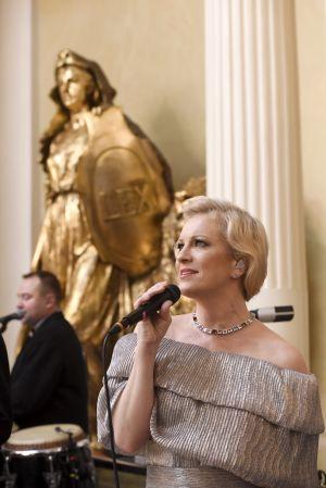 Laura Voutilainen sjunger på slottsbalen.