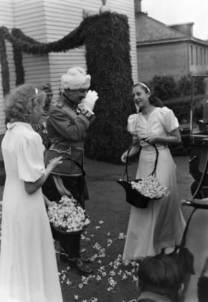 Carl Gustaf Mannerheim utanför sitt hem i Brunnsparken i Helsingfors på sin 70-årsdag 4.6.1937.