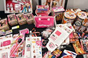 Massor av Spice Girls-produkter, bland annat slickepinnar, väskor, dockor, kameror.