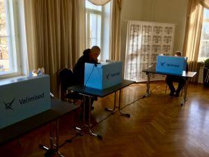 Estniska väljare i valbåset.
