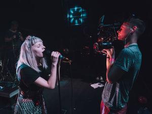 Aurora ja kuvaaja esiintymislavalla