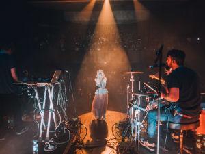 Aurora bändeineen esiintymislavalla