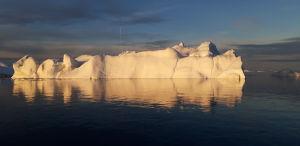 Jäävuori Grönlannissa aamuauringossa.