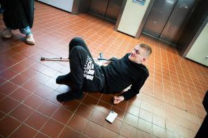 Mikko Huttunen terveysaseman lattialla.