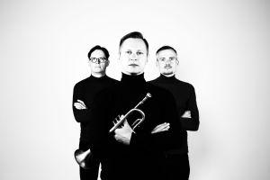Jukka Eskola Soul Trion soittajat poseeraavat.