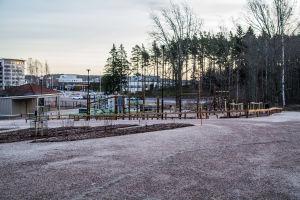 Klätterställningar och andra lekredskap på skolgård