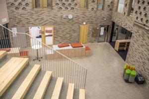 Vy över aula i en skola, sett uppifrån