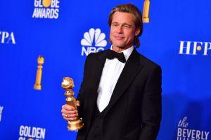 Skådespelaren Brad Pitt poserar på Golden Globe-galan.