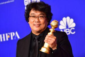 Sydkoreansk regissör med vinstpokal.
