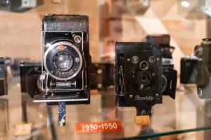 Två gamla kinokameror i en monter.