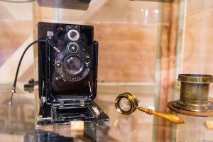 En gammal kinokamera och ett förstoringsglas