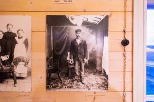 Ett gammalt svartvitt foto på en man som poserar i en studio