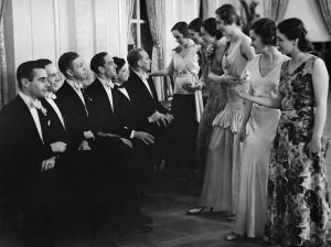 Kvinnor bjuder män upp till dans på en skottårsbal år 1932.