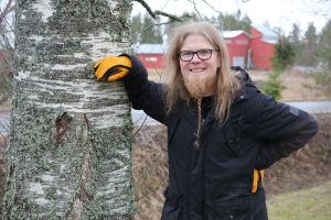 Heikki Huhtanen nojailee koivuun Loimaalla