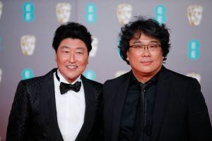 Skådespelaren Song Kang Ho och regissör Bong Joon-ho poserar i London.