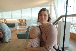 Eeva Salmio med sitt barn i famnen.