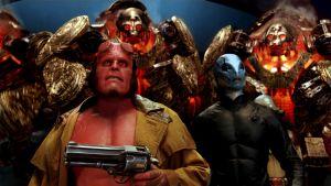 Hellboy ja Abe Sapien robottien ympäröimänä Hellboy 2 -elokuvassa.