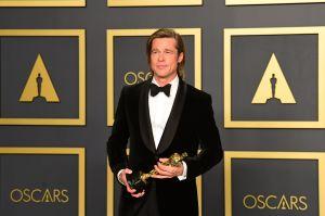 Brad Pitt poserar med Oscarsstaty.
