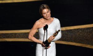 Renée Zellweger tar emot sitt pris för bästa kvinnliga huvudroll.