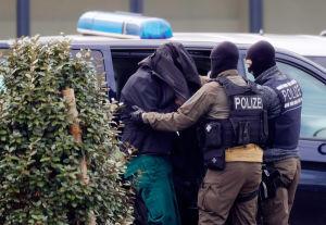 De misstänkta eskorterades var för sig till domstolen i Karlsruhe i lördags.