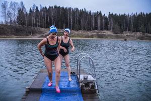 Arja Palmu och Marianne Kanerva på väg upp ur vattnet