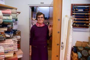 En kvinna står i dörren till ett kassavalv.