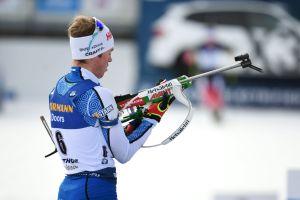 Tero Seppälä pysslar med sitt vapen.