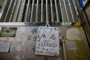 Dörren på stängda bokhandeln Causeway Bay Books.
