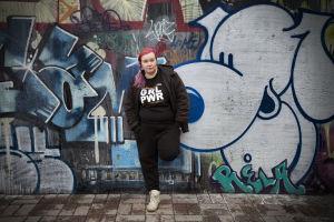 Evaleena Vuorenmaa nojaa graffitiseinään.