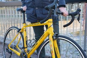 Närbild på en gul cykel.