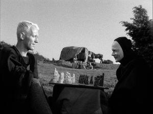 En blond max von sydow spelar shack med en svartklädd Döden, spelad av Begnt Ekerot.