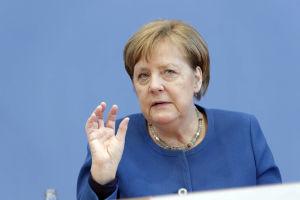 Angela Merkel i blå kavaj.