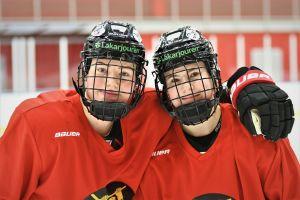Ronja Savolainen och Petra Nieminen på isen.