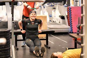 Ronja Savolainen tränar i gymmet
