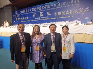 Delegation från Finlands förening för fredligt återförenande av Kina under internationell konferens i Manila, Filippinerna. Fyra personer, bland dem Jenni Chen-ye.