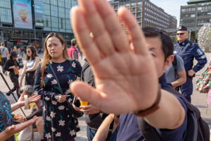 Kiinamieliset yrittivät estää kuvaamisen Narinkkatorilla Helsingissä