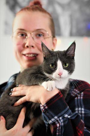 Emmeth Törrönen med katten Misha.