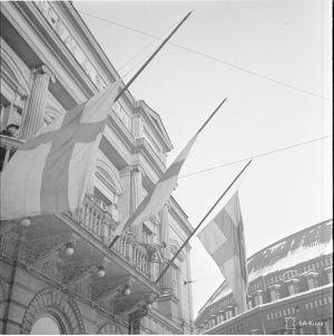 Finlands flagga hissas på Nya Studenthuset 13 mars 1940 för att fira freden.