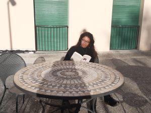 Anna Di Palma läser en bok på en balkong i studentlägenheten i Pisa. Cirka 20 procent av dem som studerar vid Scuola Superiore Sant'Anna valde att tillbringa karantäntiden i studiestaden.