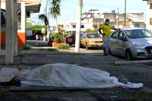 En kropp som lämnats på gatan utanför en klinik i tre dagar i  Guayaquil 3.4.2020. Ecu