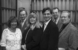 Knalli ja sateenvarjo -sarjan ohjaajat Rauni Ranta ja Lars Svedberg ja näyttelijät Aila Svedberg,  Pekka Autiovuori,  Juhani Mäkinen ja  Yrjö Järvinen studiossa vuonna 1992,