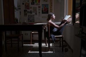 Marta Sparvoli läser största delen av dagarna i coronakarantän i studentläghenheten i Bologna, Italien