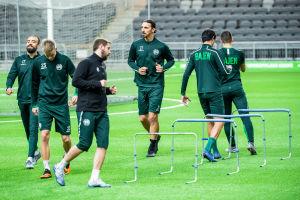 Zlatan gör häckträning tillsammans med andra Hammarbyspelare.