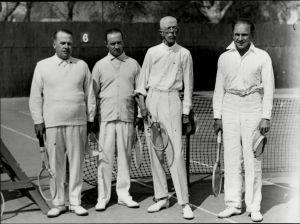 Sverigs kung Gustaf V vid en tennisplan.
