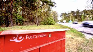 En postlåda vid landsvägen i Pedzewo i Polen.