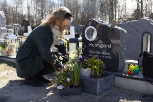 Sandra Holmgård framför sin son Olivers grav.