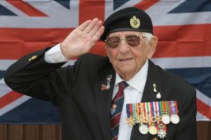 100-årig veteran firar krigsslutet.
